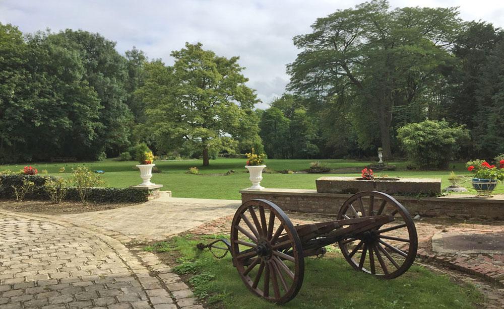 La Roseraie 80 vue sur le parc et la charette 1900